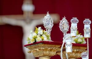 Durante la ceremonia se exhibieron en el altar las reliquias de los papas recién proclamados santos.