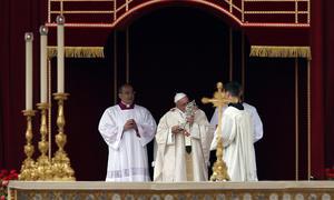 La proclamación de la santidad de los dos papas fue recibida con un gran aplauso en la Plaza de San Pedro, así como en otros lugares de Roma, donde decenas de miles de peregrinos se concentraron ante pantallas gigantes para seguir la ceremonia.