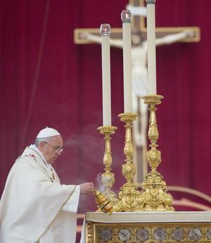 El papa Francisco hizo la proclamación en latín, al comienzo del acto en el que la Iglesia católica elevó a los altares a los dos papas.