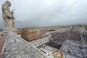 En la Plaza de San Pedro se congregaron 500 mil fieles, mientras que otros 300 mil siguieron la ceremonia en distintos puntos de la ciudad.