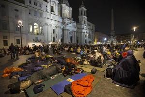 Miles de fieles acamparon en los alrededores de la Plaza de San Pedro, previo a la ceremonia de canonización.