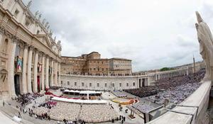 San Juan XXIII y san Juan Pablo II han sido canonizados por el papa Francisco en una multitudinaria ceremonia en la Plaza de San Pedro, bajo el cielo encapotado de Roma.