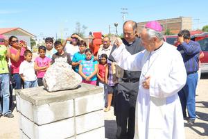 Después de nueve años de trabajo y esfuerzo para conseguir un lugar donde se erigiera un templo con el nombre del ahora Santo, Juan Pablo II, por fin se cristalizó el arranque de la obra y el obispo de Torreón bendijo la colocación de la primera piedra.