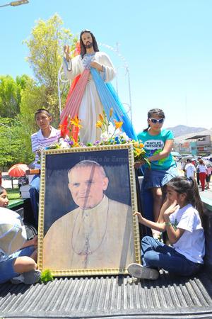Algunas personas participaron en una peregrinación, que también celebraba al señor de la Divina Misericordia.