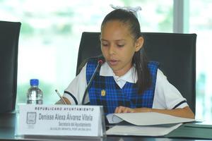 Denisse Álvarez Vitela, estudiante de la primaria Moctezuma, fue la secretaria del ayuntamiento. Destacó su destreza para dirigir la sesión y los puntos que integraron la Orden del Día.