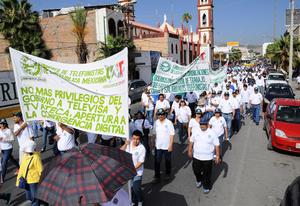 En el trayecto lanzaron consignas en contra de la Reforma de Telecomunicaciones, la Educativa y la Energética principalmente.