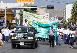 Alrededor de 400 trabajadores y agremiados de diferentes organizaciones sindicales y civiles de la Laguna, marcharon este Día del Trabajo.