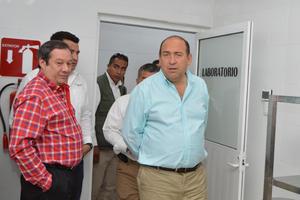 Acompañado por funcionarios de la PGJE, del poder judicial y legislativo, así como los alcaldes de la Comarca Lagunera, el gobernador realizó un recorrido por las nuevas instalaciones del Semefo que entrará en operaciones tras un proceso breve de pruebas.