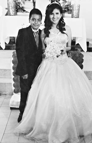 01062014 Srita. Estibalys Jessline Quiñones Rodríguez acompañada de su chambelán de oro, Irvin Johan Alan Méndez.