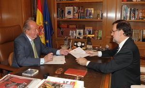 El presidente del Gobierno español, Mariano Rajoy, fue quien anunció desde temprana hora la abdicación del rey Juan Carlos en su hijo, el príncipe Felipe.