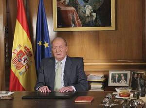El rey Juan Carlos abdicó en favor del príncipe Felipe, anunció el presidente del Gobierno español, Mariano Rajoy, en una declaración institucional.