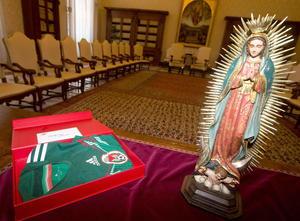 El presidente mexicano también le entregó al Papa la camiseta verde de la selección mexicana que disputará el Mundial de Brasil firmada por los jugadores.