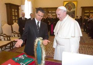 """Durante el momento del intercambio de regalos, Peña Nieto entregó al papa una imagen de madera de unos 40 centímetros de la virgen de Guadalupe y le recordó que era """"reina de méxico y emperatriz de América""""."""