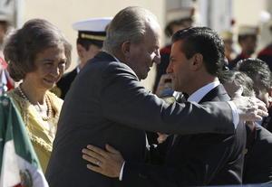 """El presidente de México y su esposa accedieron en un """"Rolls Royce"""" al palacio, donde Juan Carlos y Peña Nieto se fundieron en un emotivo abrazo, antes de recibir los honores de ordenanza."""