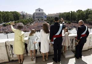 Miles de españoles se congregaron en las inmediaciones del Palacio de Oriente para rendir homenaje a los nuevos reyes.