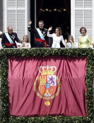 Ya en el Palacio Real los nuevos reyes salieron al balcón central para responder al saludo de miles de ciudadanos congregados en la explanada.