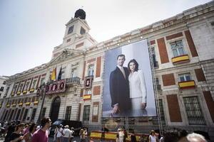 La Real Casa de Correos, sede de la Presidencia de la Comunidad de Madrid y ubicada en la céntrica Puerta del Sol, lució una imagen gigante de don Felipe y doña Letizia con motivo de los actos de proclamación del nuevo rey.
