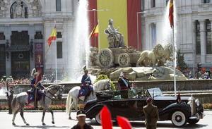 Tras la proclamación el rey Felipe y la reina Letizia se desplazaron en coche descubierto por las calles del centro de Madrid hasta el Palacio Real.