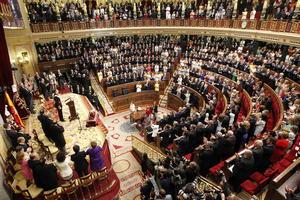 """El discurso de Felipe VI sirvió también de homenaje a sus padres, los reyes Juan Carlos y Sofía, a quienes elogió por su dedicación y trabajo """"impecables""""."""