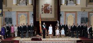 En la parte central del estrado dispuesto en el hemiciclo del Congreso se situaron el nuevo rey, de 46 años, su esposa Letizia (41) y sus hijas Leonor, (ocho años), que es la princesa de Asturias y heredera del trono, y la infanta Sofía (siete).