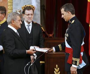 Tras jurar la Constitución, Felipe de Borbón fue proclamado rey en una ceremonia austera y sobria, pero solemne, que tuvo lugar en el Congreso de los Diputados, en presencia de los parlamentarios, las principales autoridades del Estado y representantes del Cuerpo Diplomático.