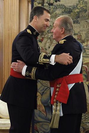 Antes de la ceremonia en el Congreso Juan Carlos de Borbón impuso a su hijo un fajín que simboliza su nombramiento como capitán general de los Ejércitos o jefe de las Fuerzas Armadas.