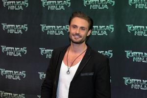 El actor Alex Brizuela fue otro de los famosos que acudieron al estreno.