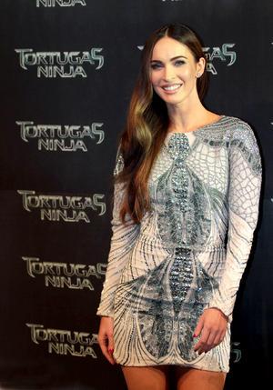 La actriz estadunidense Megan Fox acaparó las miradas de los asistentes que acudieron a la alfombra verde de la premier del filme Tortugas Ninja.
