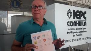 """Con la leyenda ELLA en el recuadro del Partido Acción Nacional, Pedro Luis Martín Bringas mostró la boleta y dijo """"es para que todos ellos sepan que está dentro de la ley que un voto es válido con una marca cualquiera que sea""""."""