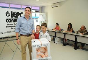 El senador del Partido Acción Nacional, Luis Fernando Salazar, acudió a la casilla 1172 del Tec Milenio en Torreón para ejercer su voto.