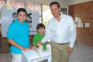 Acompañado de su familia, el candidato a diputado por el distrito IX Luis Gurza acudió a votar a la casilla instalada en la Escuela Primaria Revolución en el ejido San Luis de Torreón.
