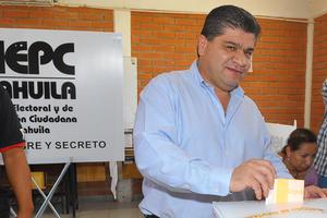 Miguel Riquelme acudió a votar a la Casilla 1466 ubicada en la primaria Evangelina Valdés Dávila del Fraccionamiento Ana.