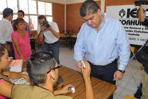Dos horas y media después del inicio de instalación de casillas, el alcalde de Torreón, Miguel Riquelme informó al acudir a votar que el 100 por ciento de las casillas se encontraban ya abiertas.