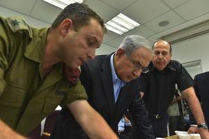 Por su parte, el primer ministro israelí, Benjamín Netanyahu y el ministro de Defensa de ese país, Moshe Yaalon, visitaron  al Comando Sur del ejército israelí, en una localización no facilitada de Israel.