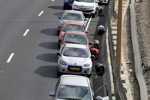 Ya recrudecidos los ataques, grupos de israelíes buscaron cobijo a como diera lugar mientras sonaban las alarmas que les indicaban peligro.