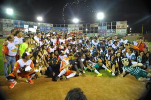 Al final del encuentro ambos equipos se tomaron la fotografía oficial.