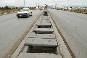 Robaron las tapas de concreto en el camellón central en el puente entre Gómez Palacio y Torreón.