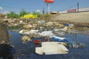 Olores fétidos emanan del agua estancada en el periférico en Torreón, a la altura de la Colonia El Roble, hay decenas de bolsas de basura.