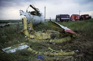 El aparato del vuelo MH17 que cubría la ruta entre Amsterdam y Kuala Lumpur fue presuntamente derribado por un misil tierra aire, según los servicios de inteligencia de EU, que sin embargo no han podido especificar la autoría del ataque.