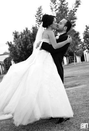 Los recién casados captados en una fotografía de estudio.
