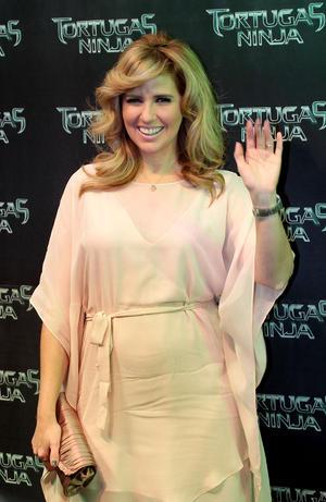 Algunos famosos mexianos también desfilaron por la alfombra verde del evento como la conductora Raquel Bigorra.