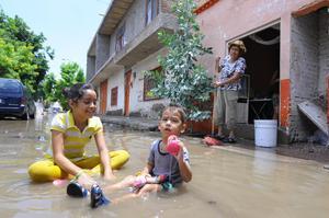Los 36.8 milímetros de precipitación que se registraron en Torreón provocaron inundaciones en una decena de colonias, especialmente por el breve lapso en el que cayó el agua.