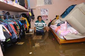 En la colonia El Amigo, en Gómez Palacio, el agua alcanzó el metro de altura; éste es uno de los puntos más vulnerables por ubicarse en una parte baja y sobre el cauce del antiguo canal San Antonio.