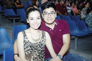 11082014 EN UNA CONFERENCIA . Miriam y Carlos.