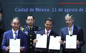 Después de su mensaje, Enrique Peña Nieto prosiguió a firmar las leyes con lo que queda promulgada la reforma energética.