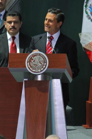 """En su intervención, el presidente Enrique Peña Nieto inició por reconocer la labor de diputados y senadores por aprobar estas leyes que significan """"un cambio histórico que acelerará el crecimiento económico de México""""."""