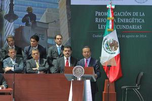 """En su turno, el líder del PRI, César Camacho, llamó a Peña Nieto el """"presidente transformador"""" y resaltó los beneficios de la reforma."""
