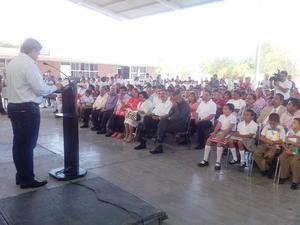 Por su parte, autoridades educativas y del Ayuntamiento, entre ellas el alcalde Miguel Riquelme y el subsecretario de Educación en la región, Demetrio Zúñiga, encabezaron la ceremonia por el inicio de clases en Torreón.