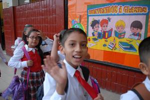 Algunas escuelas recibieron al alumnado con mensajes y cartelones alusivos al inicio de clases.