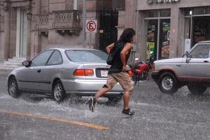 Mucha gente se vio sorprendida por el torrecial aguacero que se presentó la noche del miércoles.